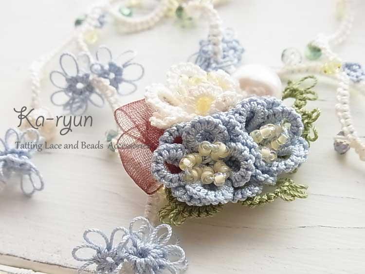 ぷっくりお花のブローチとロングネックレス